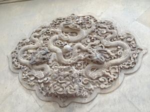 Jolie sculpture sur mur de marbre