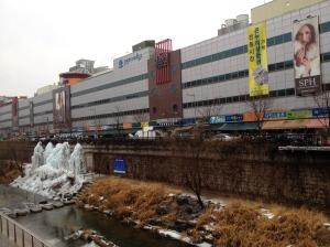 Des magasins tout le long de la rivière